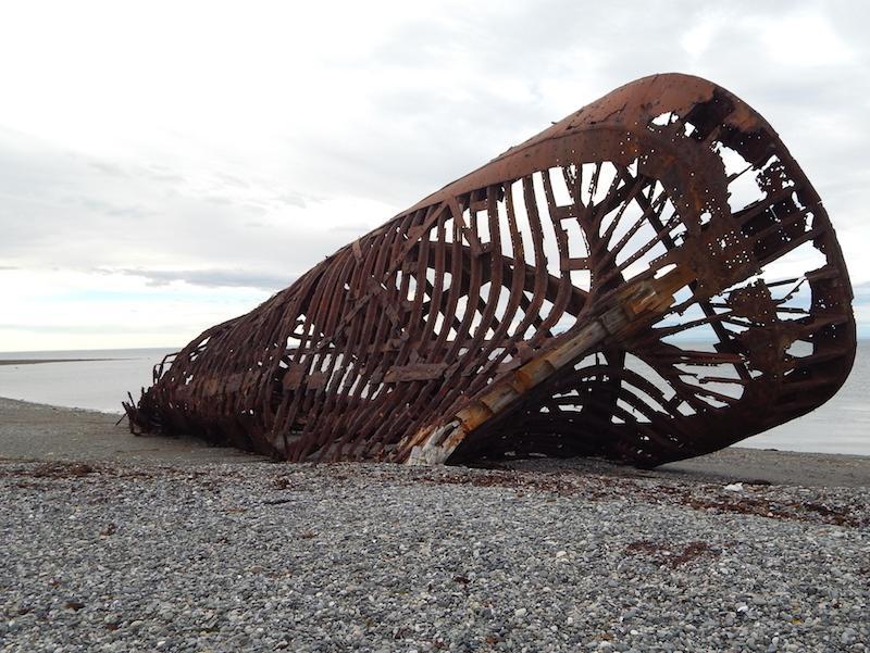 Überreste von Boot am Strand