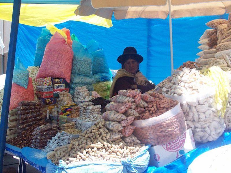 Verkäuferin in traditioneller Kleidung
