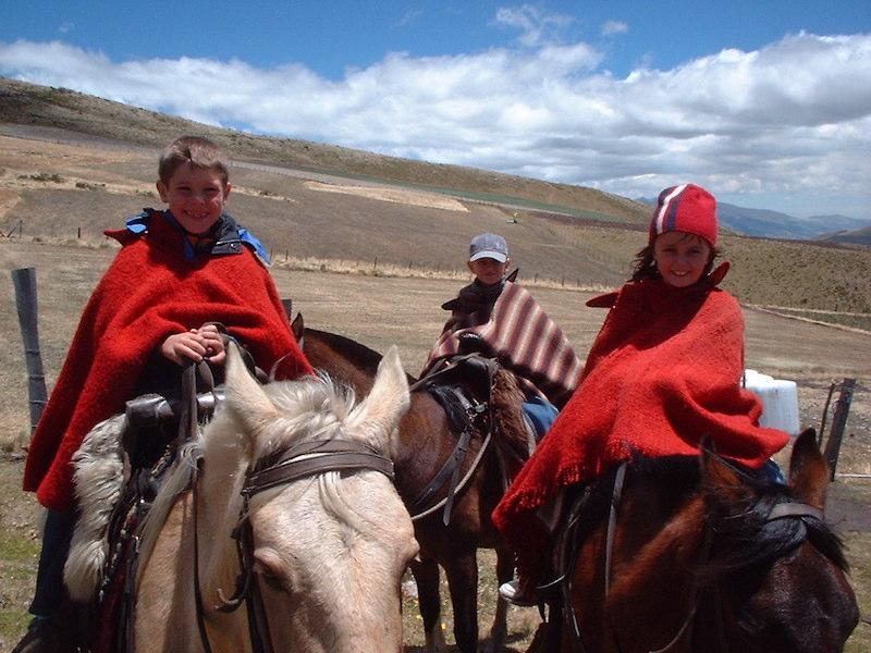 Kinder auf Pferden in Ecuador